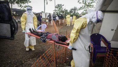 SierraLeone-ebolabrancard-Sylvain Cherkaouin-MSB10585